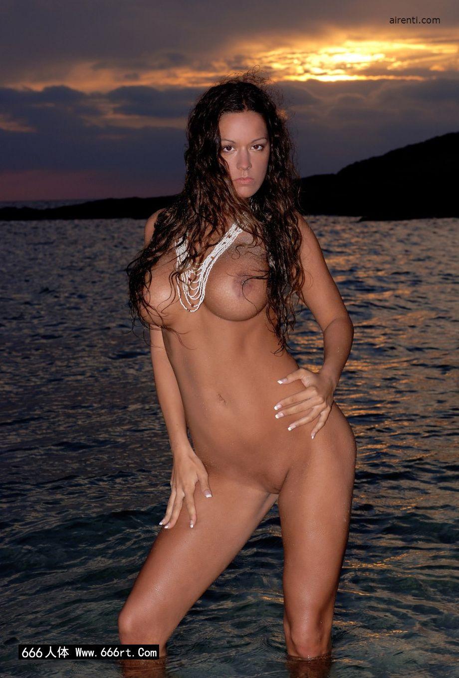 风骚美人Cecilia黄昏海边外拍人体,gogo人体艺术拉屎