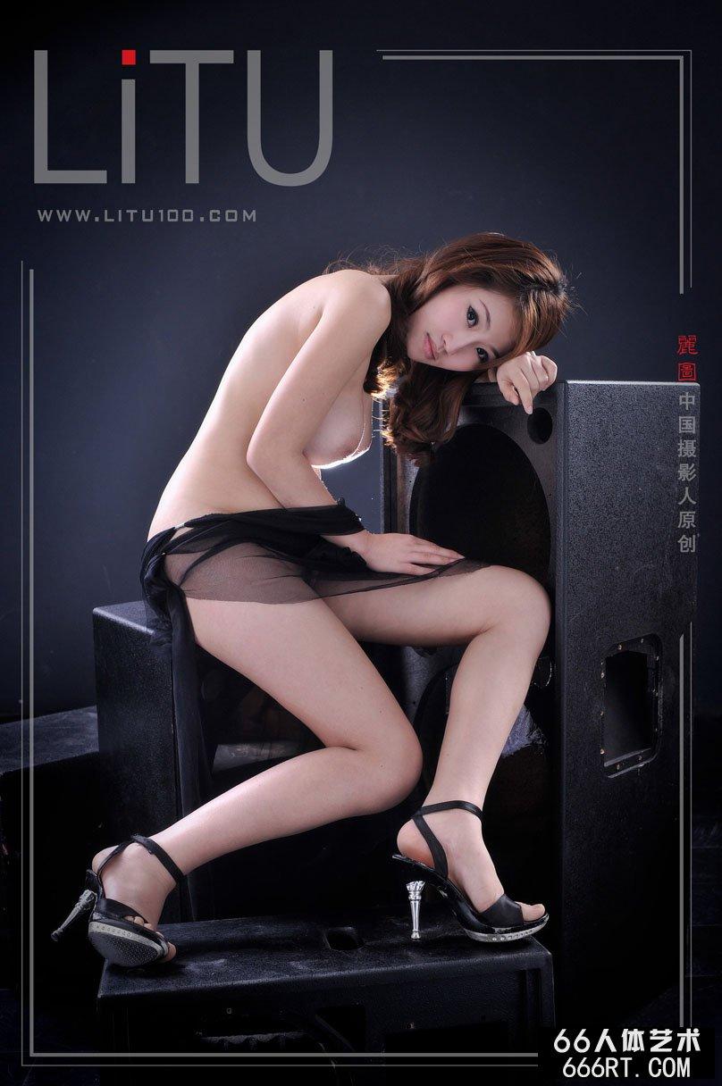 �体艺术摄影_推女神超模佳佳室拍黑纱下的白嫩人体
