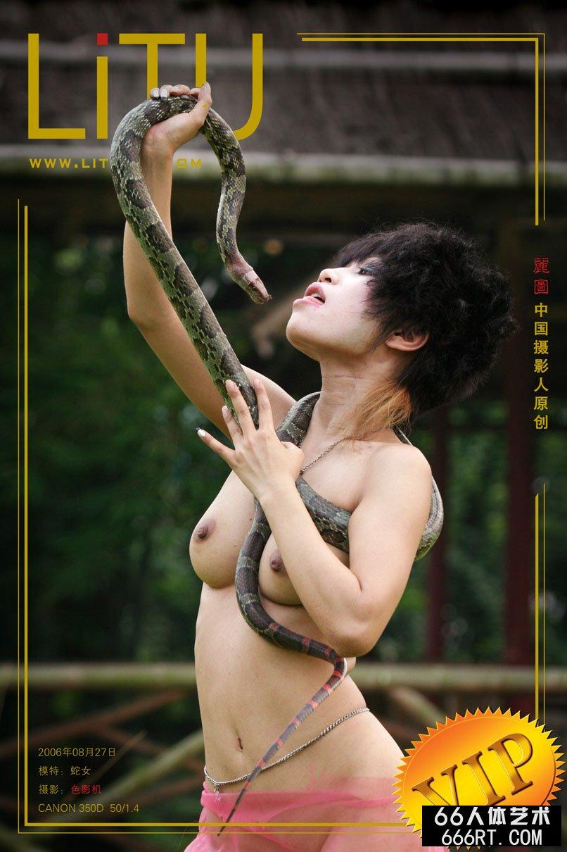 杂技蛇女外拍靓女与蟒蛇_俄罗斯6一12x?x