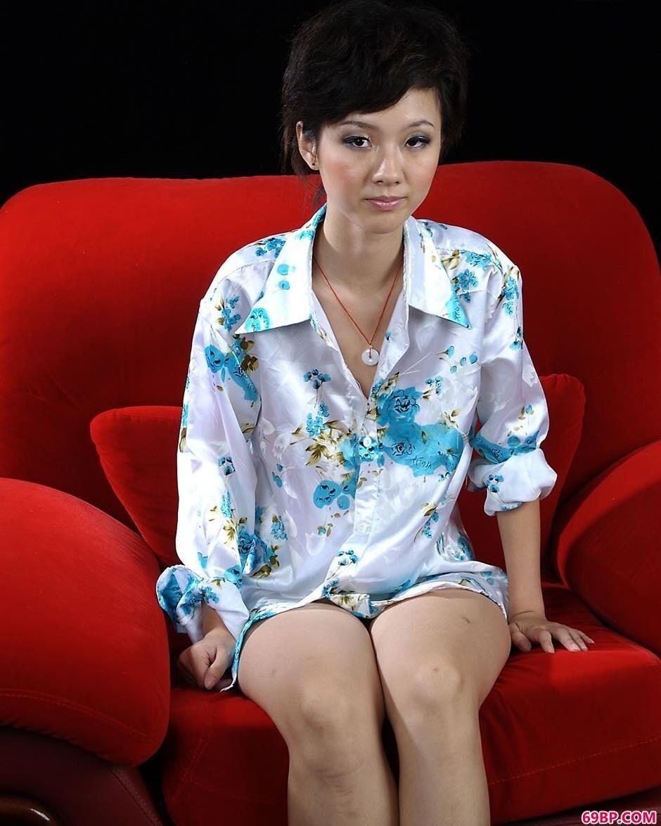 天心在红色椅垫上的别样人体_44rt西西人体专业摄影网站