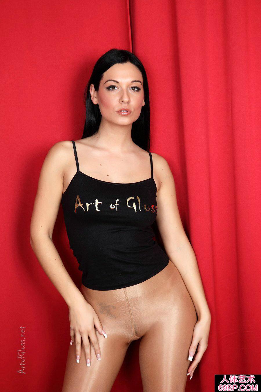 身材魁梧的西洋淑女一丝不挂肉丝人体写真