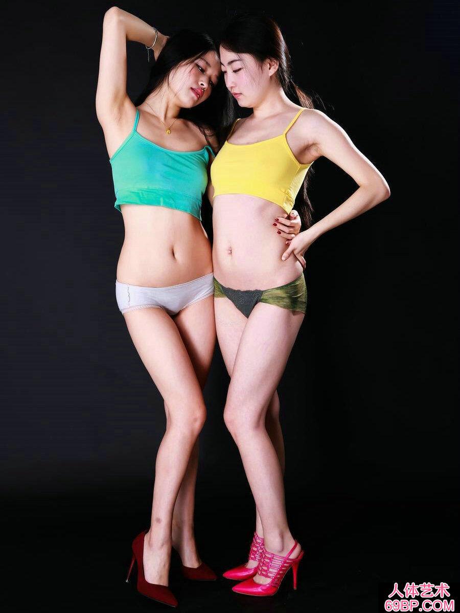 国模阿慕和米林棚拍内裤人体摄影