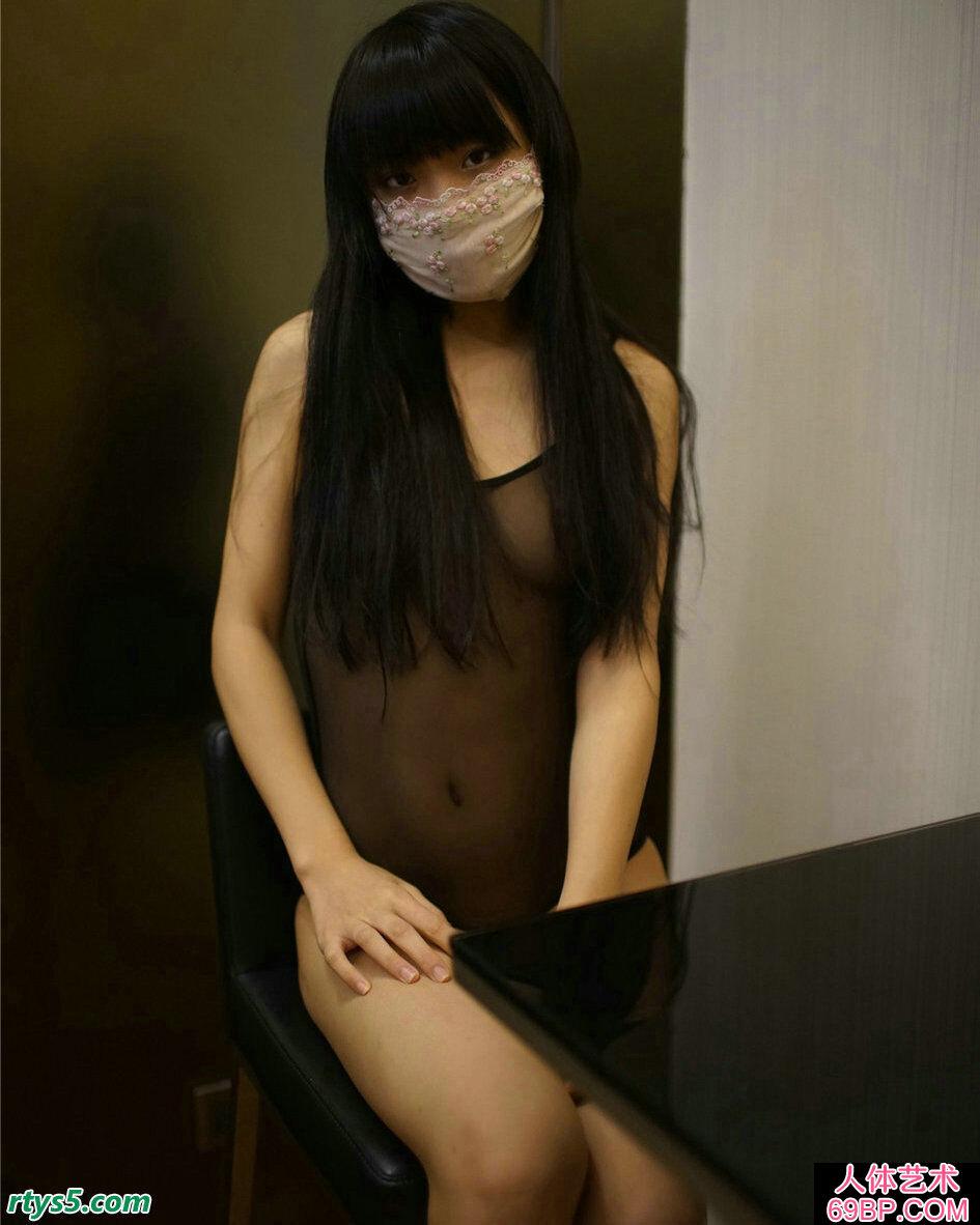 年轻的嫩模穿透明装居家拍摄人体