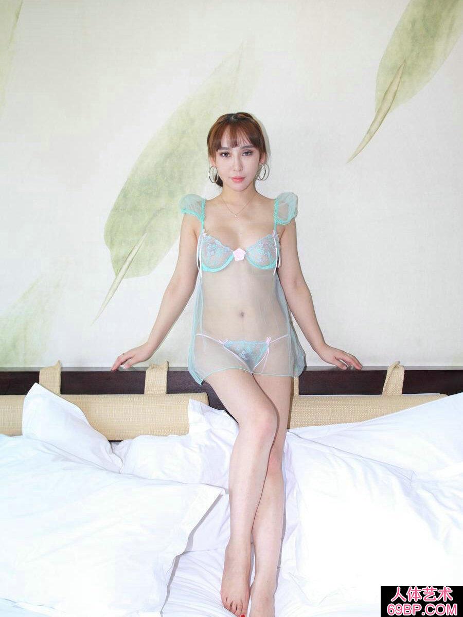 成熟嫩模杨洛伊穿超薄透明内裤人体秀