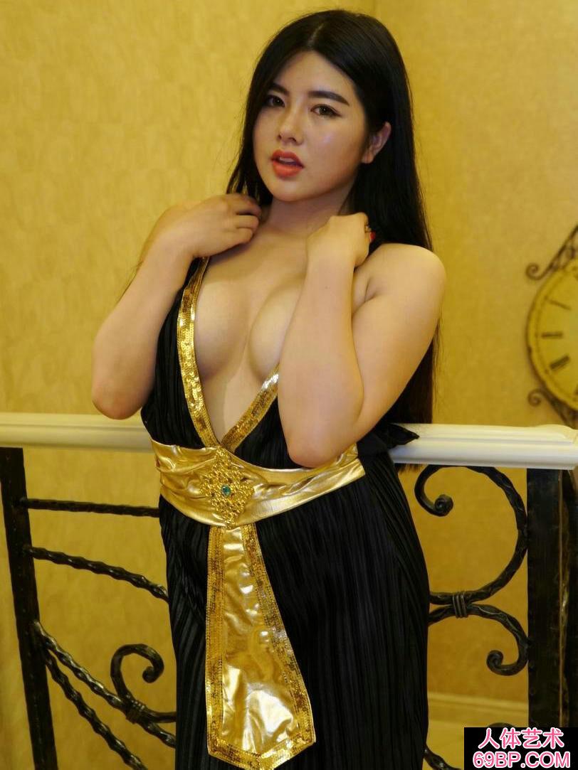 丰润肉感的女神裸模娜露美颜人体写照