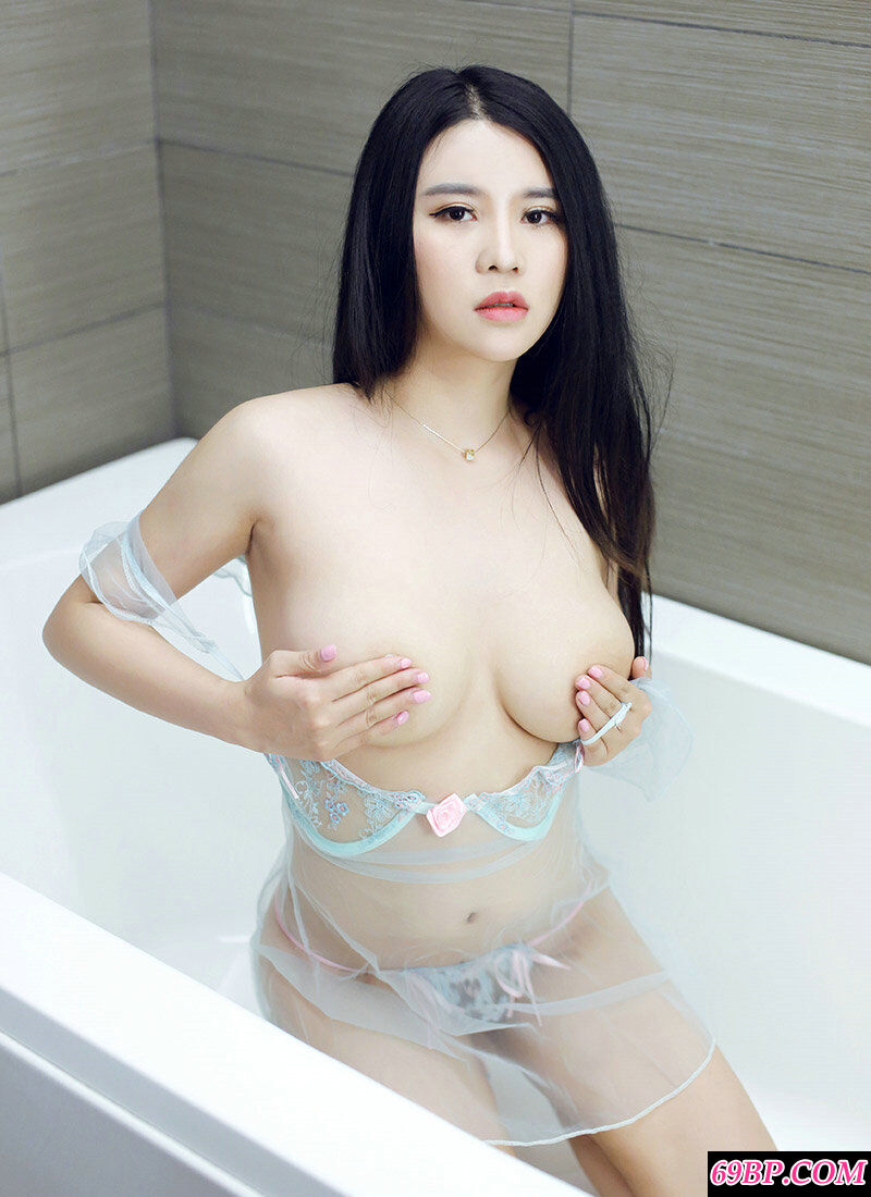 肤白貌美胸且大的靓妹Suki浴室写照图