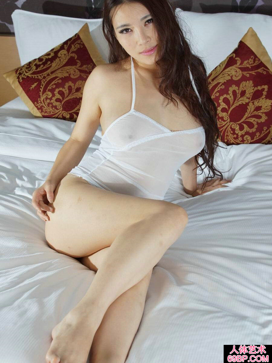 肤白貌美身姿优美的杨依人体写真