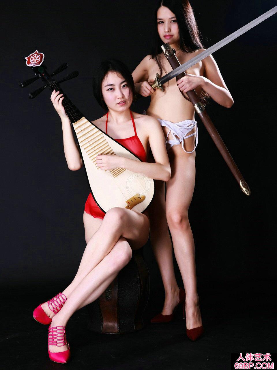 棚拍身披丝巾弹琵琶的超模小慕和阿林